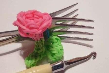 Плетение будем осуществлять на вилке, поэтому вы сможете сплести розу, даже если у вас нет станка
