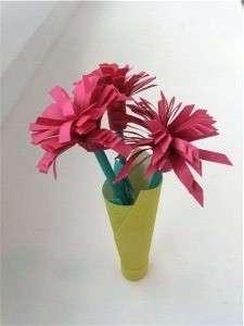 Цветок будет смотреться совсем по-другому, если надрезы на красных полосках делать под углом.