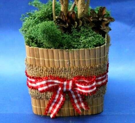 После этого вставьте топиарий в горшок, который можно заполнить гипсом или землёй. Сверху можете украсить горшок искусственной травой.
