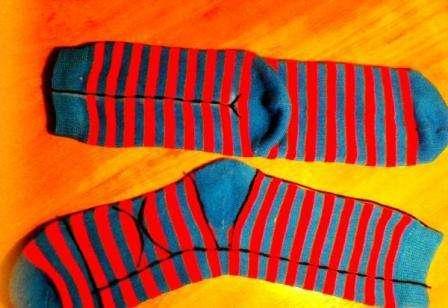Для того чтоб сделать красивую обезьянку, возьмите два носка подходящей цветовой гаммы и сделайте на них разметку маркером точно также как показано на фото