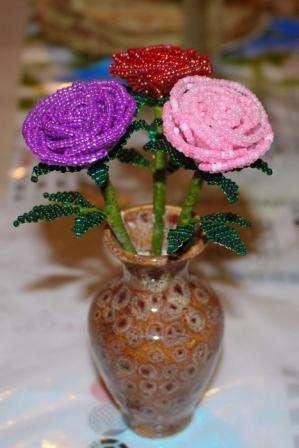 Розы из бисера своими руками - букет, который не завянет никогда. Эти цветочки будут долгое время напоминать о дарителе и оригинально украсят интерьер.