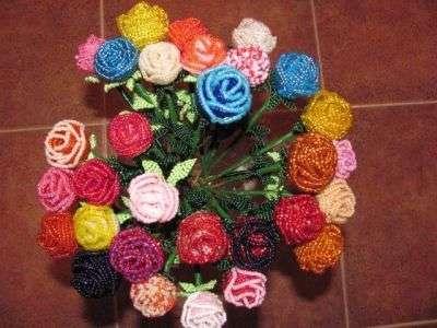Если вы любите розы и хотите чтоб они украшали ваш интерьер круглый год, предлагаем сделать розы из бисера своими руками. Этот мастер-класс с фото поможет сделать удивительные цветы, которые никогда не завянут.
