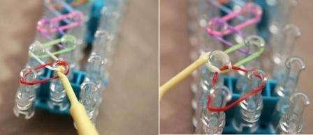 Зацепите нижнюю резинку и протяните её через верхнюю. Вам нужно сделать так, чтоб эта резинка сложилась вдвое на другом столбике, как показано на фото.
