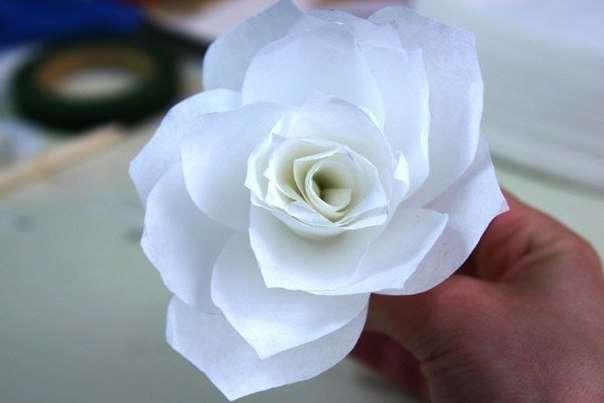 Не забудьте зафиксировать прочно лепестки тейп-лентой, чтоб цветок не распался.