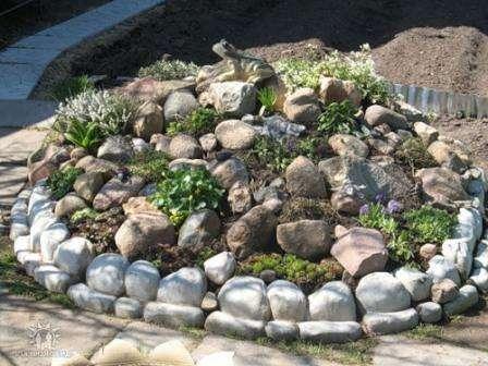 Не следует оставлять большие промежутки между камнями, чтобы участок не смотрелся куцым