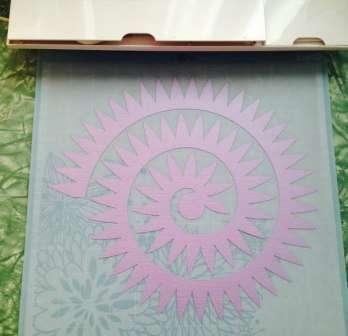 Цветы из бумаги оригинально будут смотреться даже в букете невесты. Для того чтобы их сделать вам своими руками, понадобится проволока, клей, плотная цветная бумага, ножницы и лента.