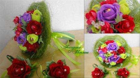 простой и яркий цветочный букет выполнен из сизаля и гофрированной бумаги
