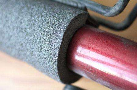 Не все материалы для изготовления труб имеют одинаковую теплопроводность, поэтому применение некоторых из них, таких как сталь, различные полимеры и стеклопластик, могут не выдерживать достаточно низкие температуры окружающей среды.