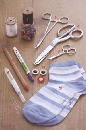 Конечно, лучше всего использовать новые носки, особенно если вы хотите преподнести готовую игрушку в качестве подарка. Сегодня носочки можно найти не только разного цвета, но и с оригинальными принтами, например, в полоску, горошек или цветочек. Подберите для себя подходящую цветовую гамму и приступите к разрезанию носков.