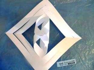 Это должны быть те же квадраты только маленькие и скрепленные между собой оставленным не прорезанным полотном