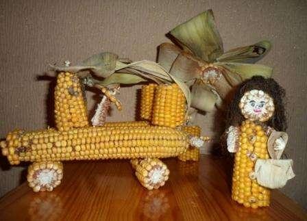 Чтобы украсить пристройку на даче, возьмите вилы, наденьте на зубцы початки кукурузы и подвесьте вилы рукояткой вниз