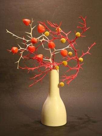 Прицветник растения используют как подсвечник для высоких свечей