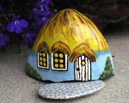 домик краской из камня