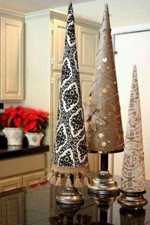Теперь можно начинать декорирование елки вырезанными звездами, пуговицами, блестками либо бусами.