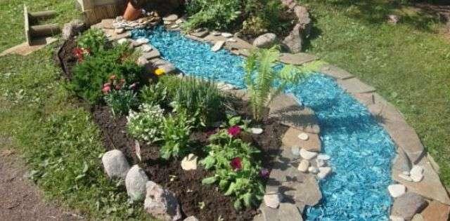 Имитация воды на даче, делаем сухой ручей своими руками