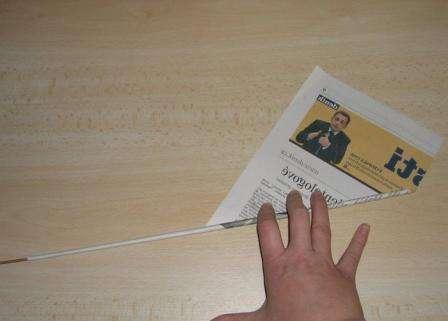 скручиваем газету в трубочку