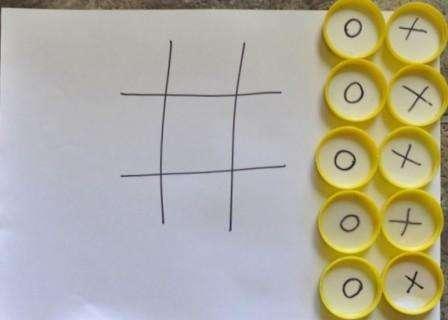 Если ваш ребенок не умеет рисовать, эта игра придется ему по душе. Один из простых вариантов этой реквизита для игры – подготовить заранее фишки с крестиками и ноликами.</p> <p> Для этого возьмите колечки от пластиковых бутылок и наклейте кружочки с маркировкой внутри. После на листе бумаги чертите поле для игры и расставляйте фишки по очереди.» width=»448″ height=»320″/></p></div> </p> <p>Фишки можно сделать и из других материалов, а поле выполнить на ткани.</p> <p> Если хотите подарить такую игру кому-то то проявите творческие способности и сделайте поле в форме сердца и фишки разных цветов тоже в виде маленьких сердечек.</p> <p><div style=