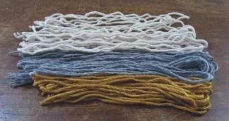 Остатки ниток от вязания. Желательно чтобы они примерно были одинаковыми по фактуре