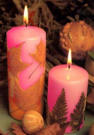 Таким же способом можно украсить крупные свечи. Следует приклеить листья к свече или просто их привязать к ней