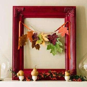 Необычно выглядит декоративный горшок для цветов, подвешенный на стене, из которого свисает гирлянда