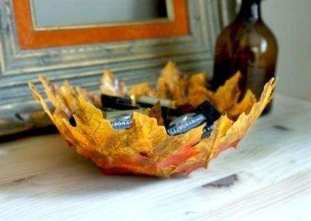 смажьте листья клеем и закрепите их на пленку так, чтобы они воспроизводили форму тарелки