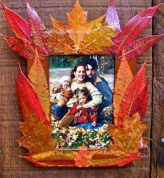 Замечательно и интересно смотрятся настенные часы или фотографии, обрамленные осенними листьями