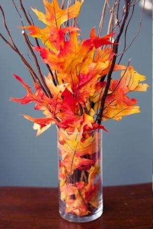 букет листьев в вазе