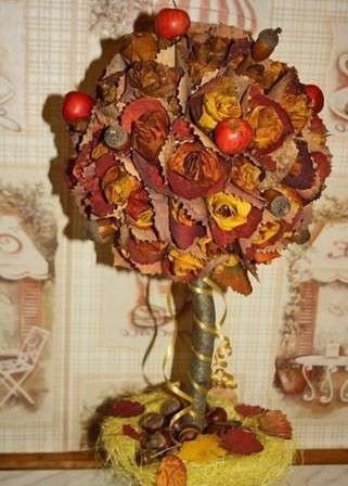 Листья можно дополнить бусинками, которые нанизаны на проволоку и так же равномерно вставить в шар