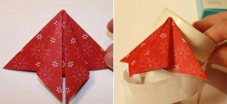 Приступим к сборке елочки. На основу открытки приклейте модуль оригами. Можете использовать клей или скотч.