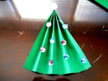 Для этого надо вырезать простой прямоугольник из оберточной бумаги или фантика от конфет.