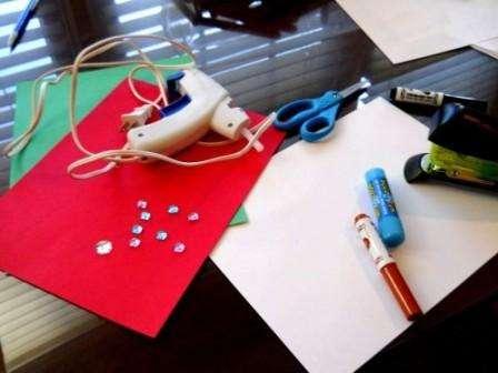 Итак, что вам понадобится для создания новогодней открытки в стиле «детскими руками»: