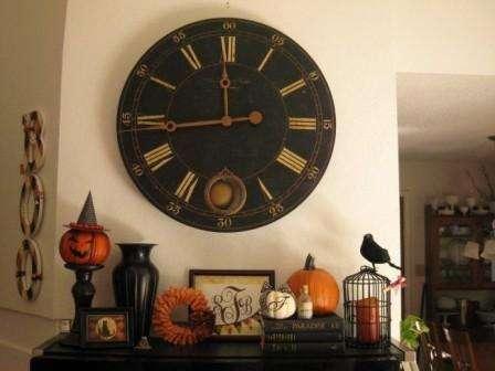 Часы на столе как символ полуночи