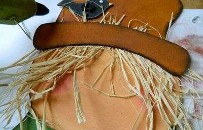 Для склеивания отдельных элементов, например, борта шляпы, нос, глаза, декоративные элементы на голове следует применять синтетический, белковый или любой древесный клей. ПВА для этих целей не подойдет, поскольку просто размочит изделие. Это касается любого клея на водной основе.