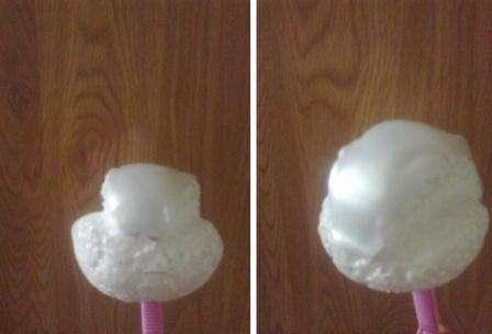 Теперь возьмите трубочку для коктейлей и кусочек пенопласта. Вырежьте из пенопласта шар, который станет основой для головы голубя. После этого вырежьте из пластиковой бутылки верхнюю часть головы и приклейте её к пенопласту.