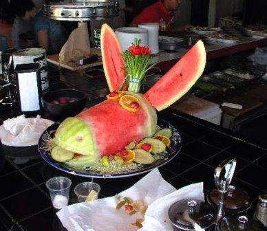 Поделками из фруктов занимаются и взрослые. Такое увлечение называется карвинг (искусство художественной резки по фруктам). Благодаря профессиональному оборудованию и мастерству рук, создаются шедевры из фруктов, которые украшают праздничные столы.