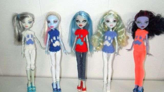 Одни из любимых кукол девочек – это герои мультфильмов. Сегодня пользуются популярностью куклы Монстр Хай. Вы можете пошить одежду из носков и для этих кукол. Для этого достаточно обрезать часть носка, сделать разрезы для рук и прошить их.