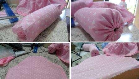 Закрепите оборку на сиденье и приступите к пошиву чехлов для подлокотников. Края чехлов специально подогните, чтобы в них можно было вставить нитку и стянуть.