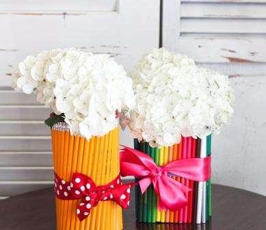 Из карандашей одинакового размера получаются красивые подставки и вазы.