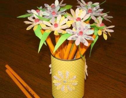 Креативно будут смотреться поделки из карандашей. Вы можете сделать красивые цветы из бумаги и карандашей.