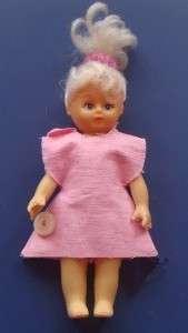 Если вы хотите одеть маленькую куклу-пупса, то придётся воспользоваться иголкой и ниткой, хотя иногда подойдёт и просто носок на резинке.