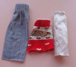 Юбка поможет придать изюминку любому образу куклы. Вы можете просто выбрать носок или часть рукава с резинкой, отрезать подходящую длину. Пошейте красивые длинные юбки, и ваша кукла станет настоящей модницей.