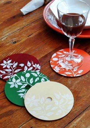 Старые компакт диски могут стать красивой подставкой под бокалы