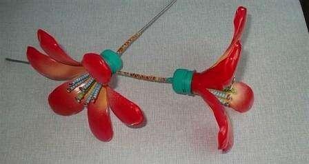 Готовый цветок можно покрасить аэрозольными красками. Если хотите чтобы у вас получился цветок Кливия, то придётся сделать несколько цветочных заготовок, а потом просто соединить их в один большой цветок.