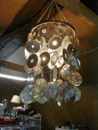 Современные мастера делают из дисков не только простые предметы, но даже люстры.
