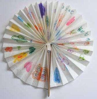 Веер. Красивая и полезная поделка – веер, который поможет ощутить прохладу в душном помещении. Не забудьте на веере нарисовать рисунки, которые придадут ценность вашему подарку.