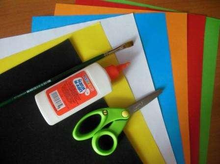 Открытки для мамы учат делать даже в детских садах. Для этого потребуется цветная бумага, клей ПВА и ножницы. Такую открытку смогут сделать дети дошкольного и школьного возраста.
