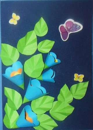 Можете купить специальные наклейки в виде бабочек и украсить ими открытку. Или попробуйте сделать самостоятельно красивых бабочек или цветочки.