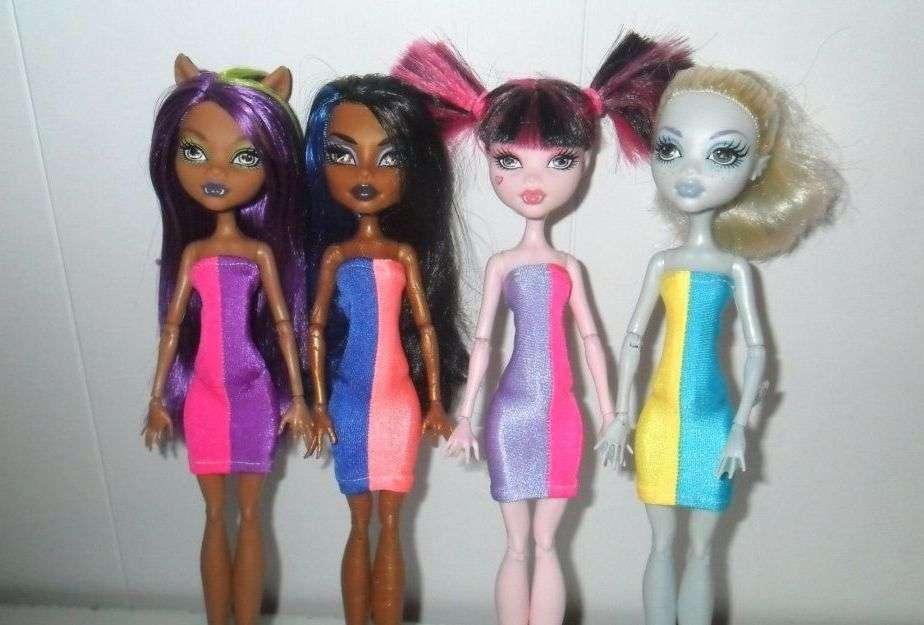 Старые протёртые лосины не стоит выбрасывать, особенно если они были ярких цветов. Стильные платья приоденут вашу куклу и превратят её в настоящую модель.