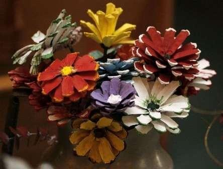 Идей поделок из шишек очень много. Если вы заранее будете собирать природный материал, то сможете создавать целые композиции из шишек, каштанов, желудей, листьев и сосновых иголок.