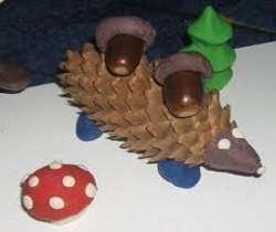 Из шишек и пластилина получаются весьма забавные ёжики. Украсьте поделки яблочками или грибочками